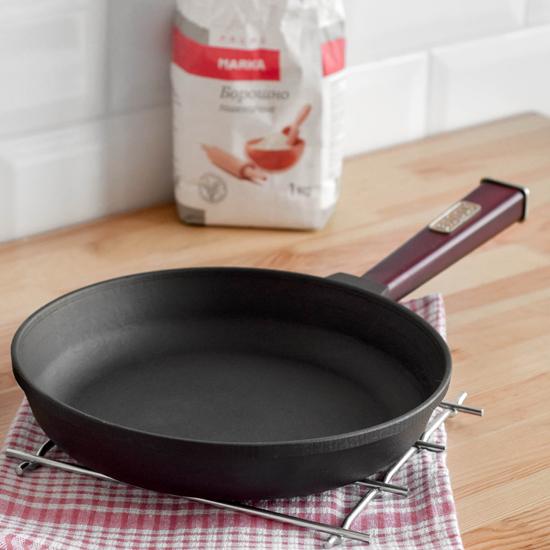 Сковородка Brizoll чугунная К 2440- Р 24 см бордовая ручка